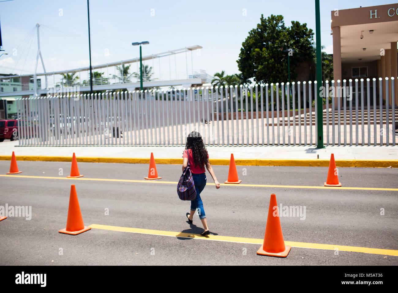 Una signora esce il Sinaloa Congresso di Stato in Culiac‡n, Sinaloa, Messico giovedì, 16 luglio 2015. Sinaloa Immagini Stock