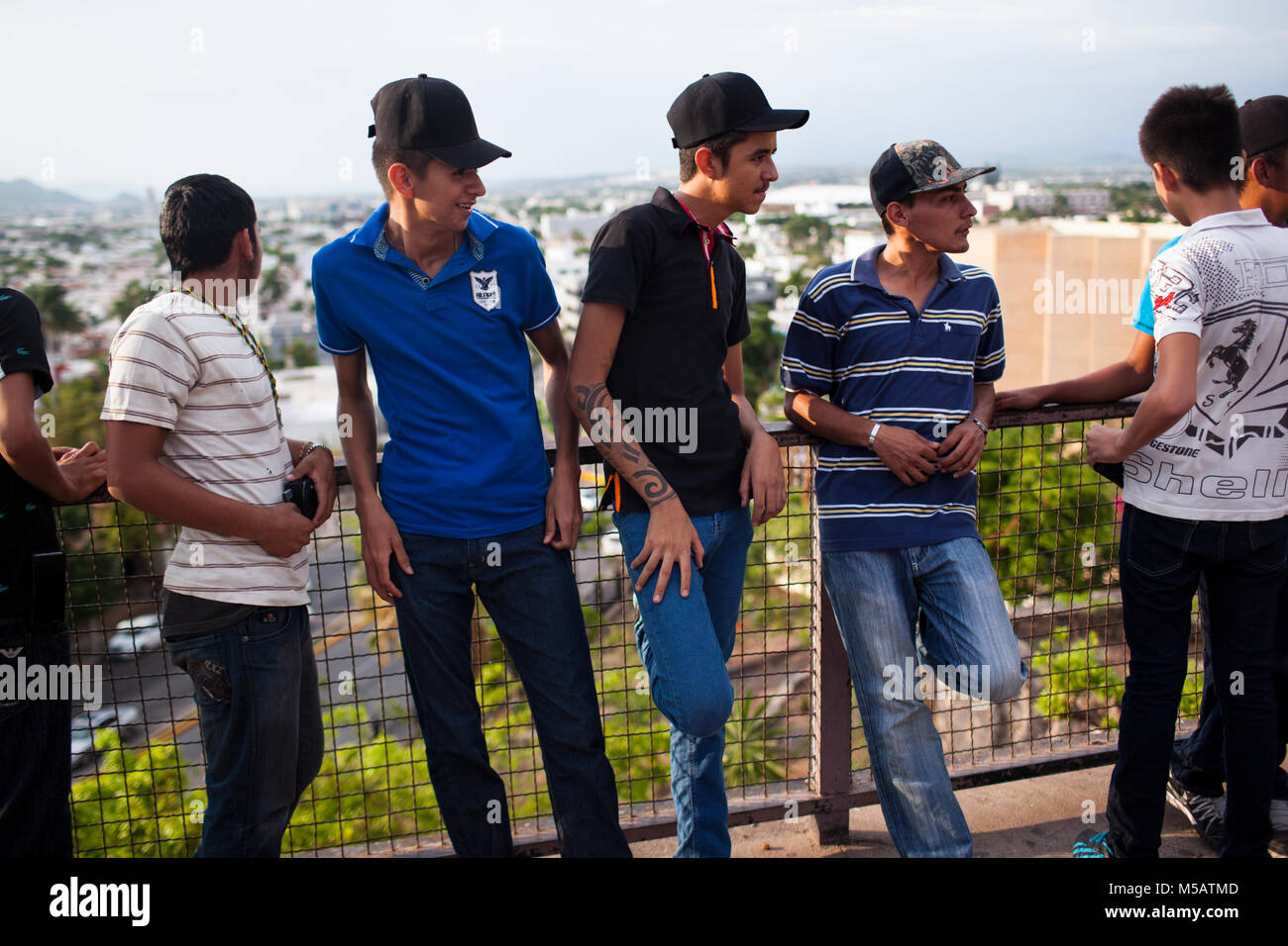 Gli uomini di attendere per un pro Gioacchino'n 'El' Chapo Guzmán‡n protestare in Culiac‡n, Sinaloa, Immagini Stock