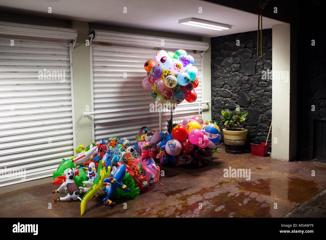 Palloncini di sedersi di fronte a chiusura negozio in Culiac‡n, Sinaloa, Messico giovedì, 16 luglio 2015. Sinaloa Immagini Stock