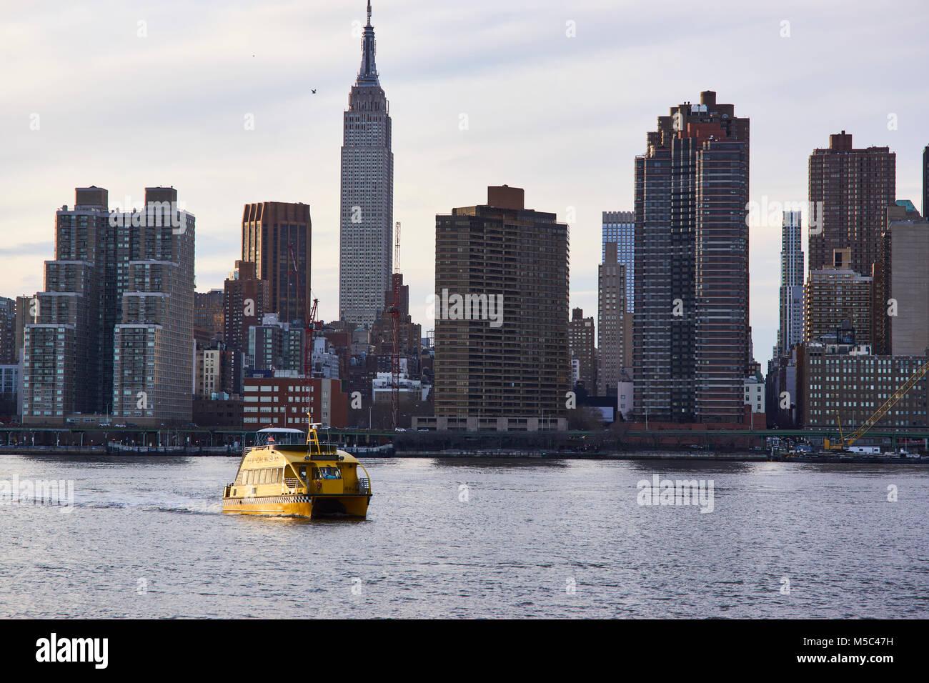 East River ferry il vaporetto che arrivano al punto di cacciatori di atterraggio del sud Immagini Stock