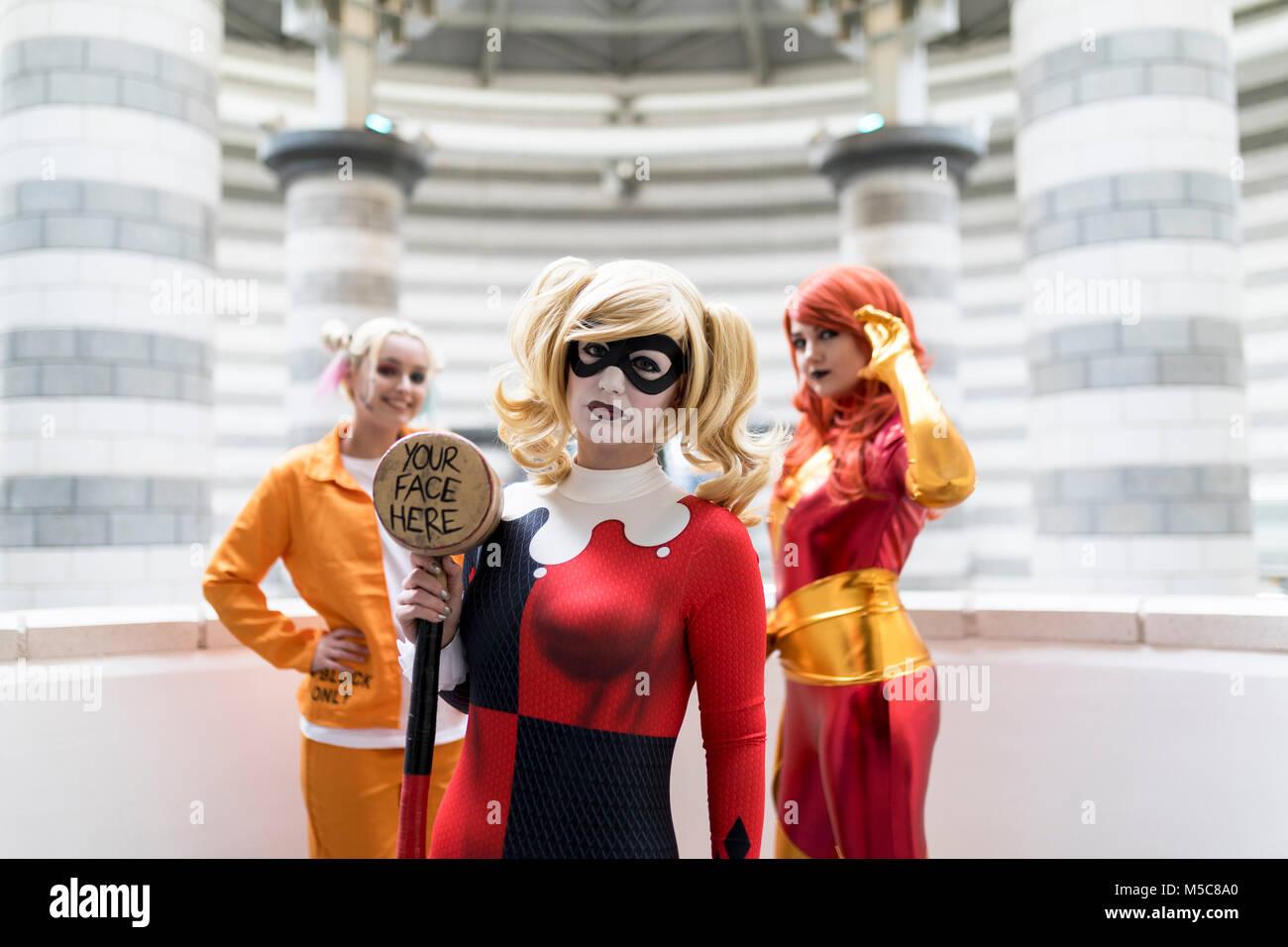 ae3d30abd203 Doncaster Comic Con xi Feruary 2018 a Doncaster Dome UK. Tre giovani donne  cosplay come Harley Quinn Suicidé Squad e meraviglia che Jean Grey Phoenix