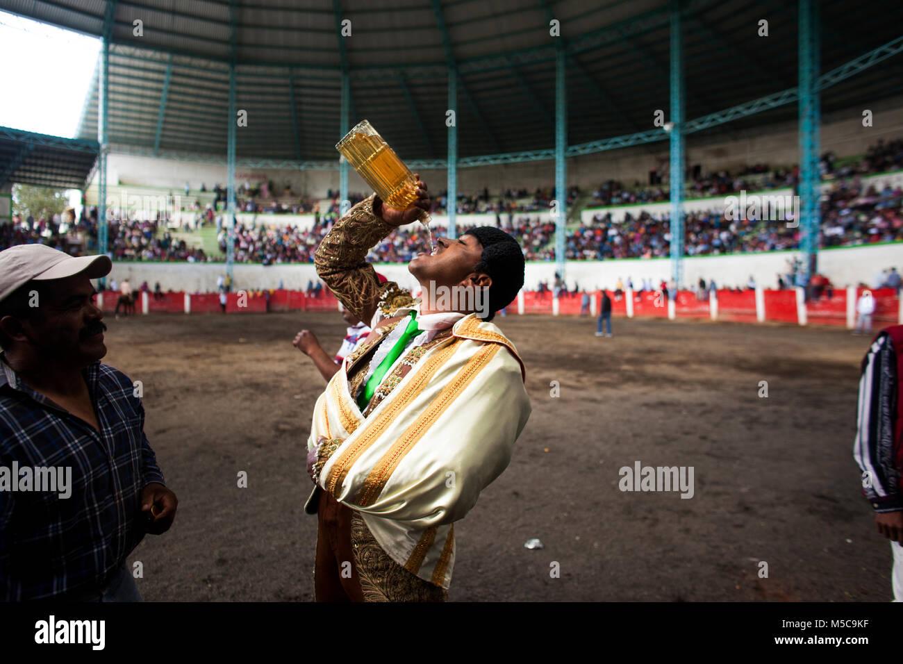 La Credenza Traduzione : Un matador bevande tequila durante la caduta fiesta rodeo in