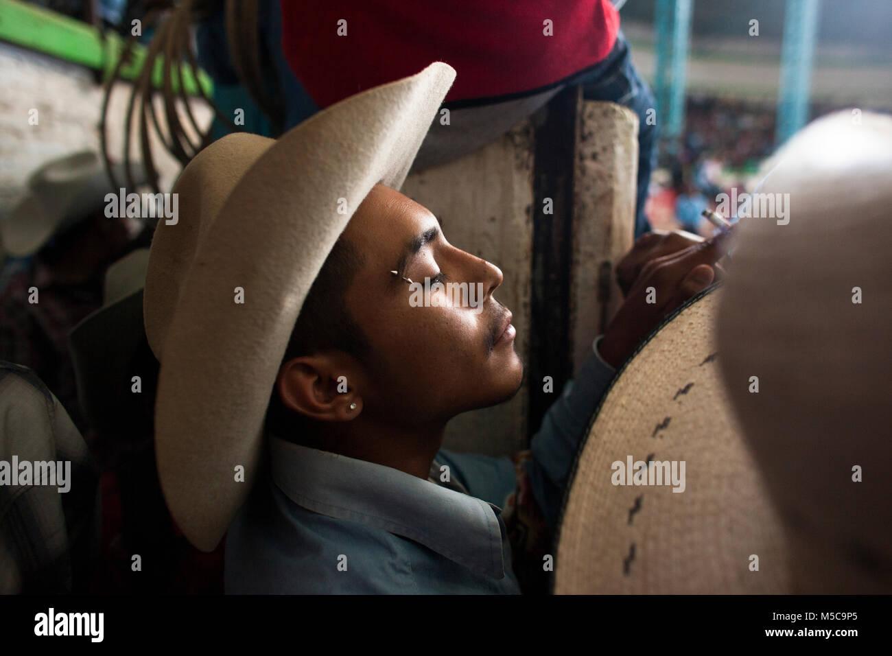 La Credenza Traduzione : La caduta fiesta rodeo in cheran michoacan messico venerdì