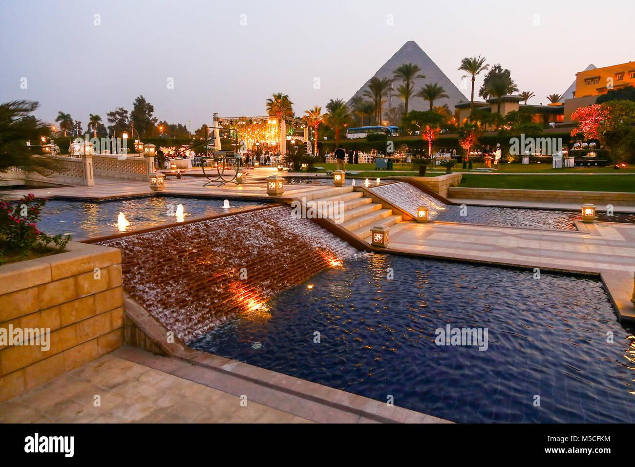 La sera o la notte vista della Mena House Hotel, con le piramidi in background, Giza, Cairo, Egitto, Nord Africa Immagini Stock