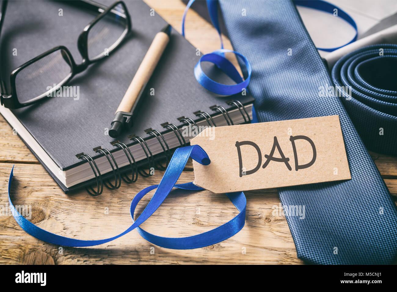 Scrivania Ufficio Blu : La festa del papà concetto cravatta blu testo papà sul tag