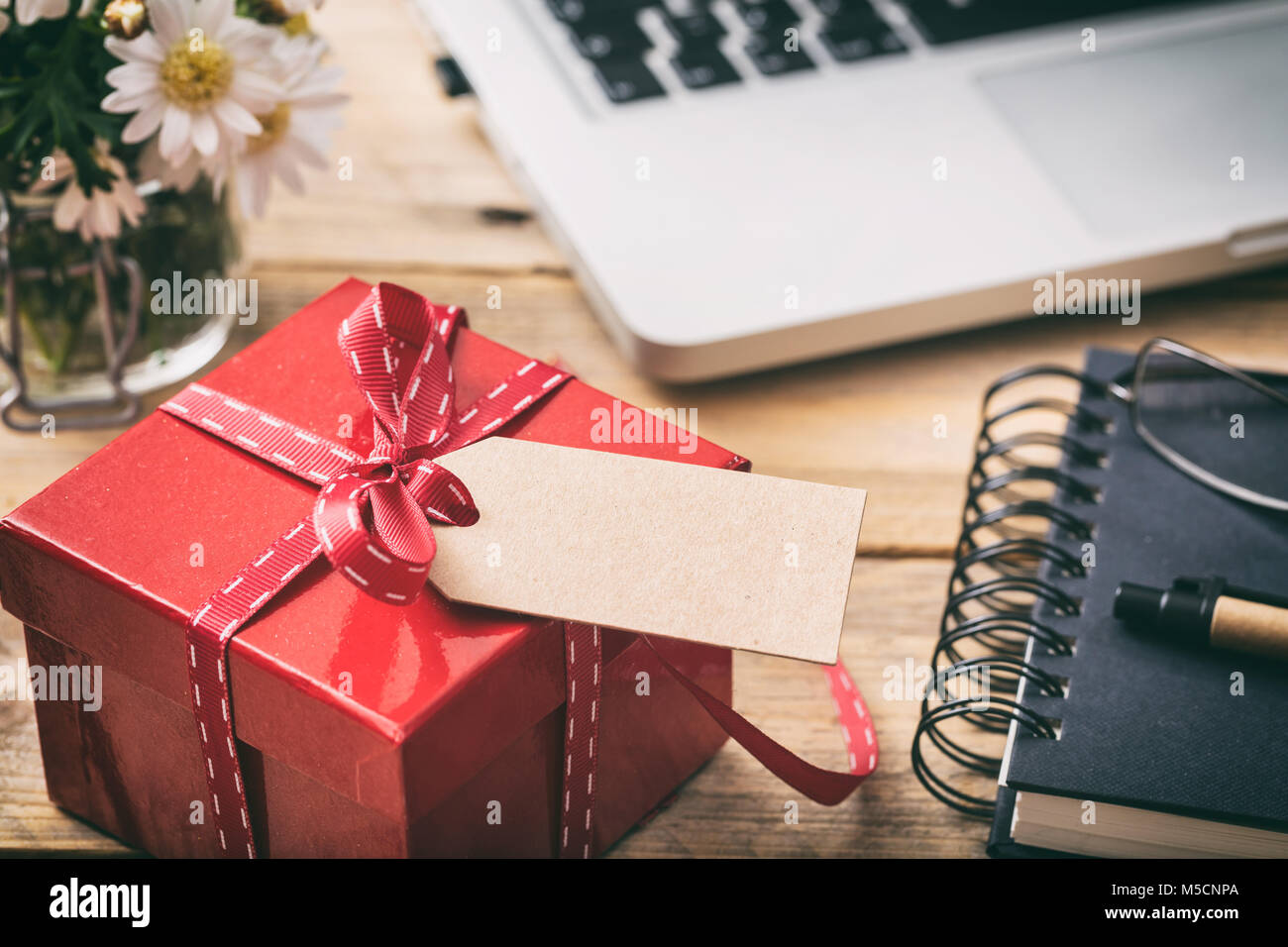 Ufficio Rosso E Bianco : Blank gift tag with red ribbon immagini blank gift tag with red