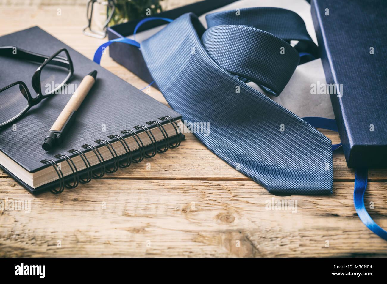 Box Ufficio Legno : La festa del papà concetto. cravatta blu al di fuori di un box