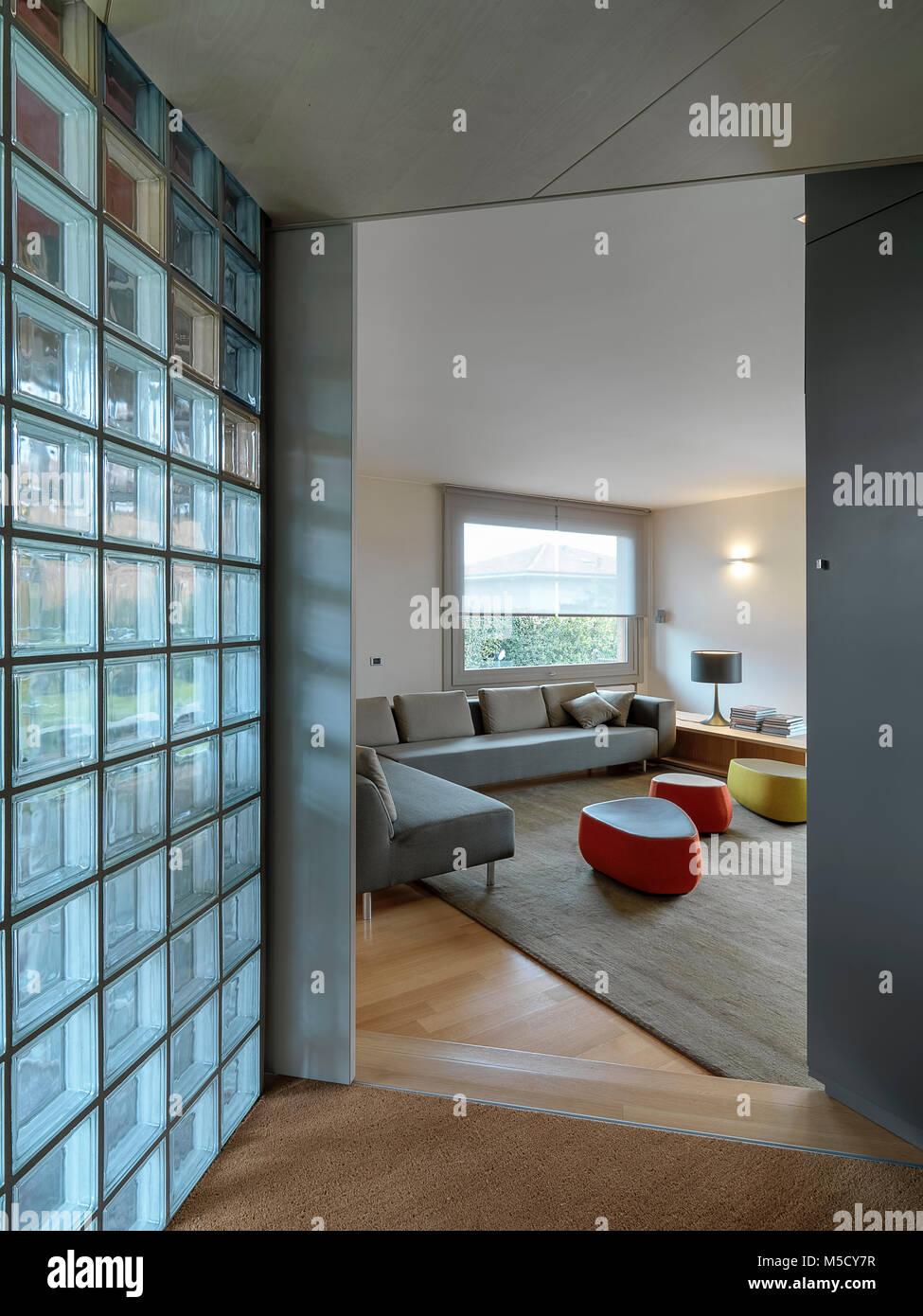 Scatti di interni di un soggiorno moderno con pavimento in legno e ...
