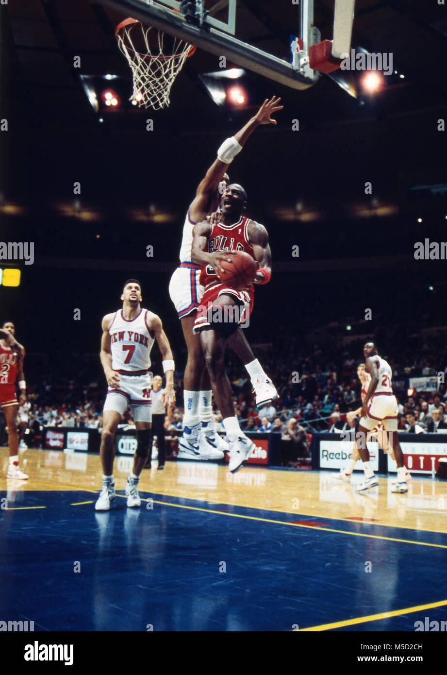 3684a1625 Michael Jordan rigidi per il cesto mentre è difeso da Gerald Wilkins di New  York Knicks
