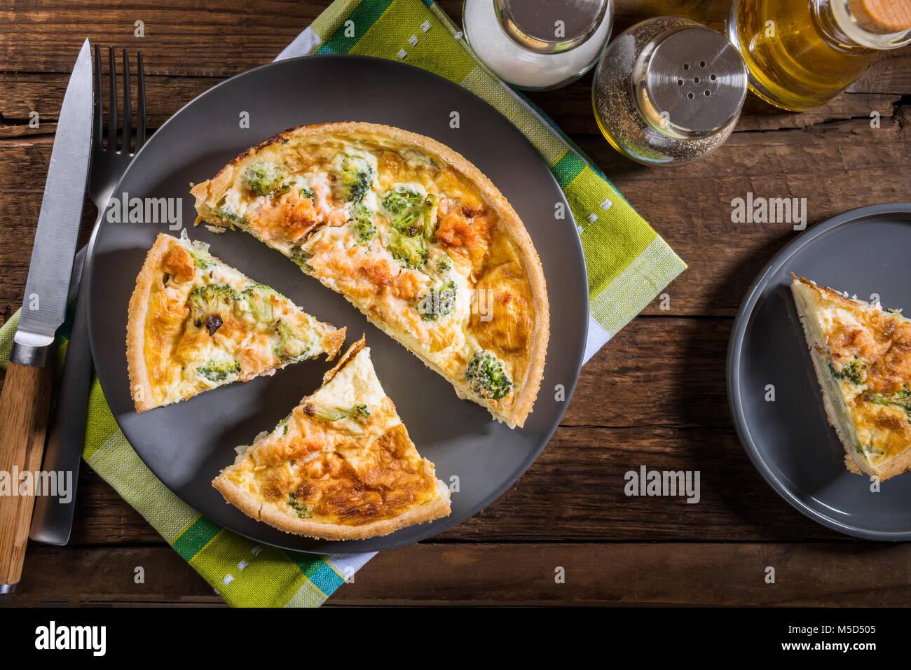 Classic salmone e broccoli quiche fatta da pasta frolla con cime di broccoli e salmone affumicato in un cremoso Immagini Stock