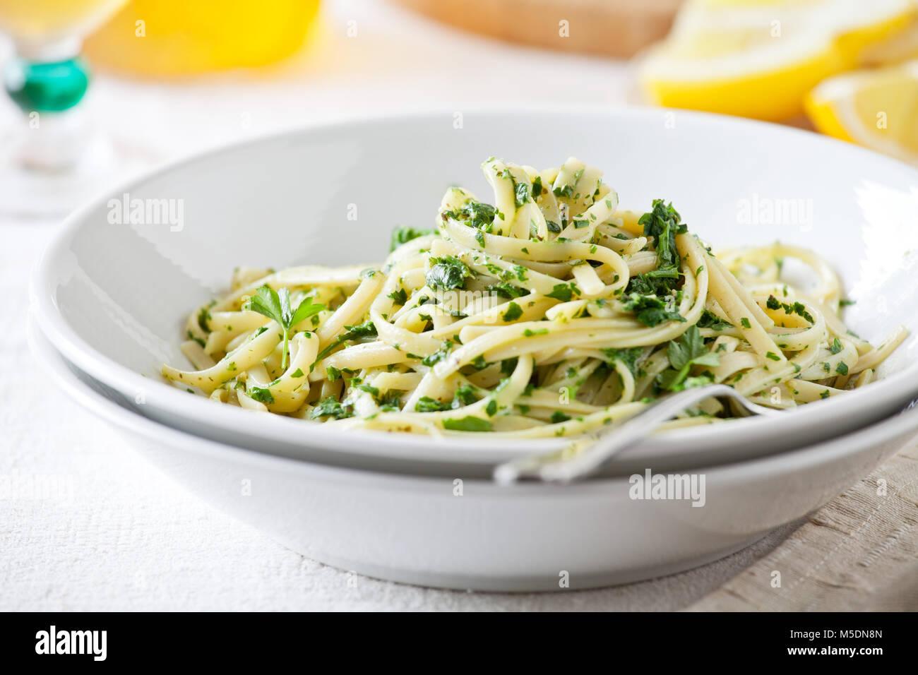 Piatto di pasta con alcuni fatti in casa il pesto Immagini Stock