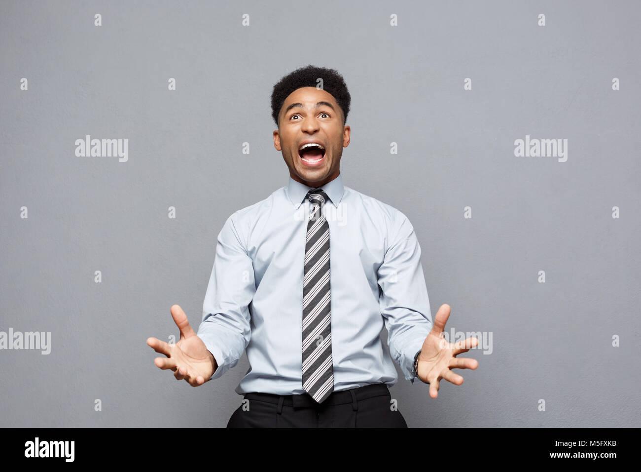 Il concetto di business - fiduciosi allegro giovane americano africano che mostra le mani davanti a lui con espressione Immagini Stock