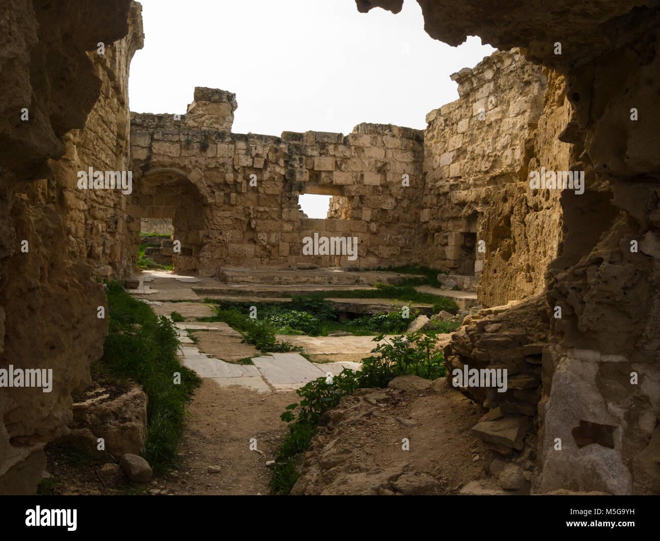 Le rovine di un grande salone con bagni area di scavo antica città romana di Salamina Famagusta Repubblica Turca Foto Stock