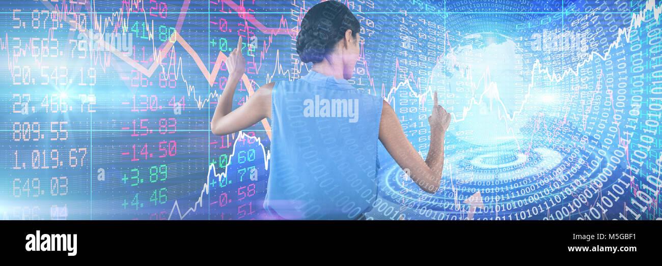 Immagine composita di imprenditrice in indumenti senza maniche puntando su interfaccia Foto Stock