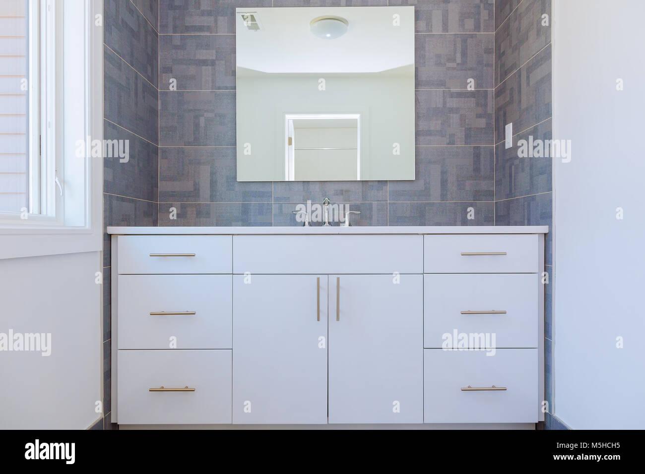Grigio pietra pattern in piastrelle bagno contemporaneo design