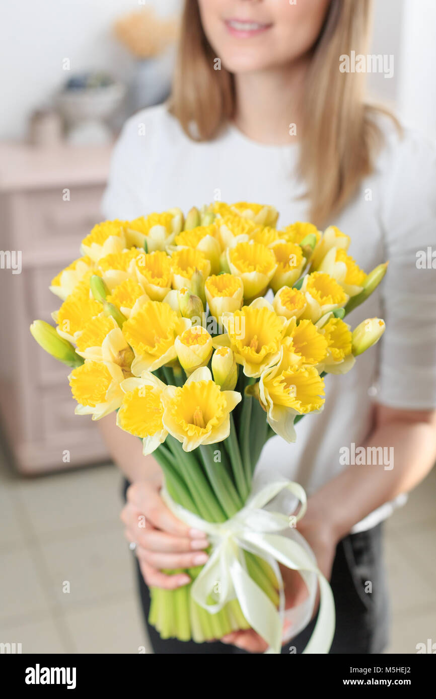 Mazzo Di Fiori Gialli.Bouquet Di Delicato Colore Giallo Lusso Bellissimo Mazzo Di Fiori
