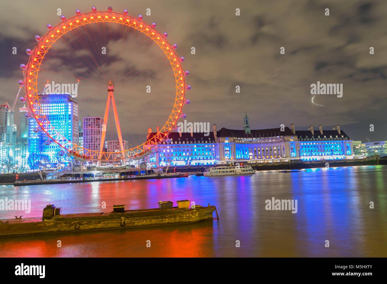 Londra, Regno Unito, 17 Febbraio 2018: Regno Unito skyline di sera. Illuminazione del London Eye e gli edifici accanto Immagini Stock