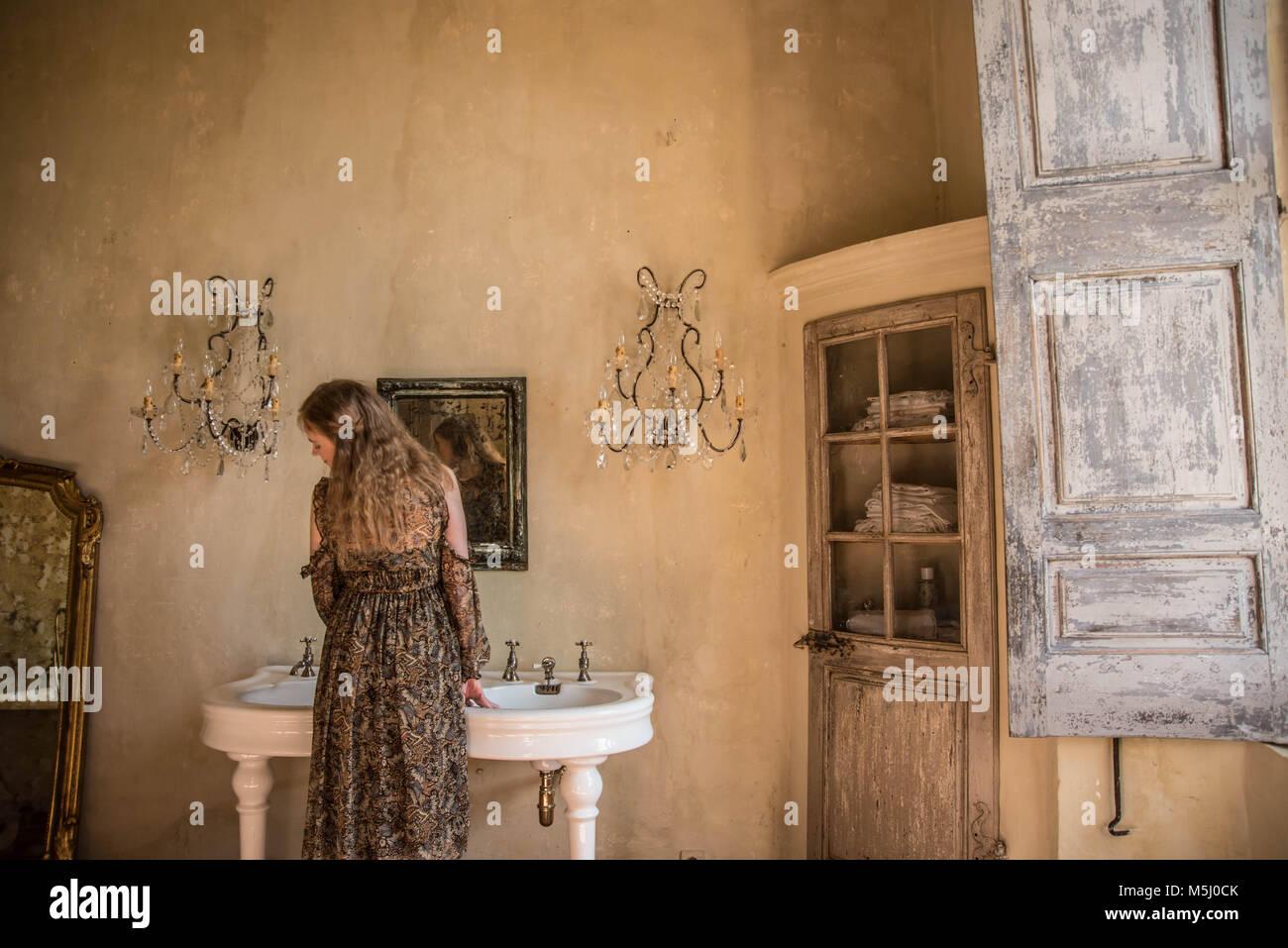 Sala Da Bagno Lusso : Crogiolarsi nel lusso una donna da solo in una grande sala da