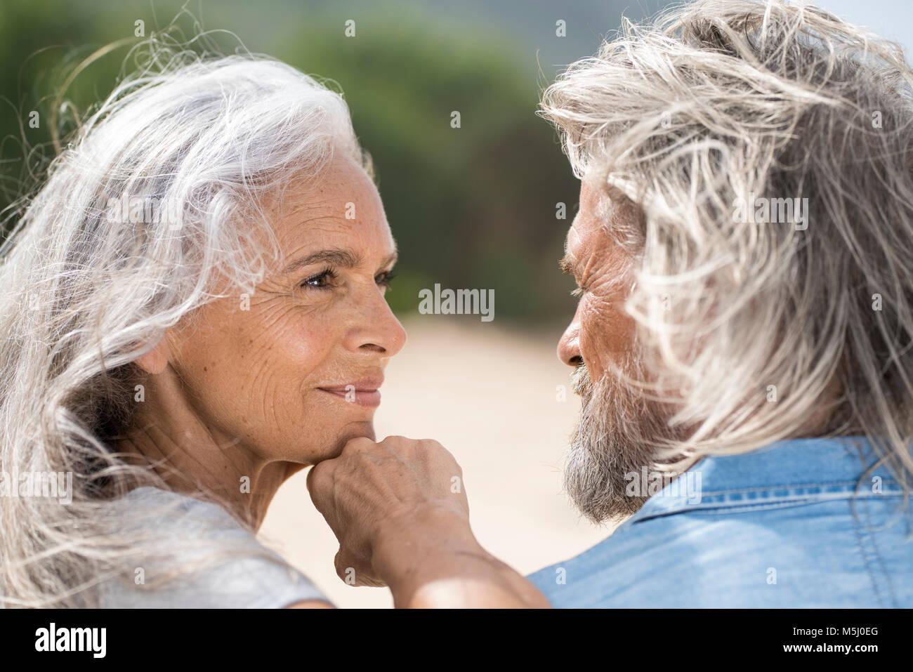 Senior bella donna sorridente al suo marito Immagini Stock