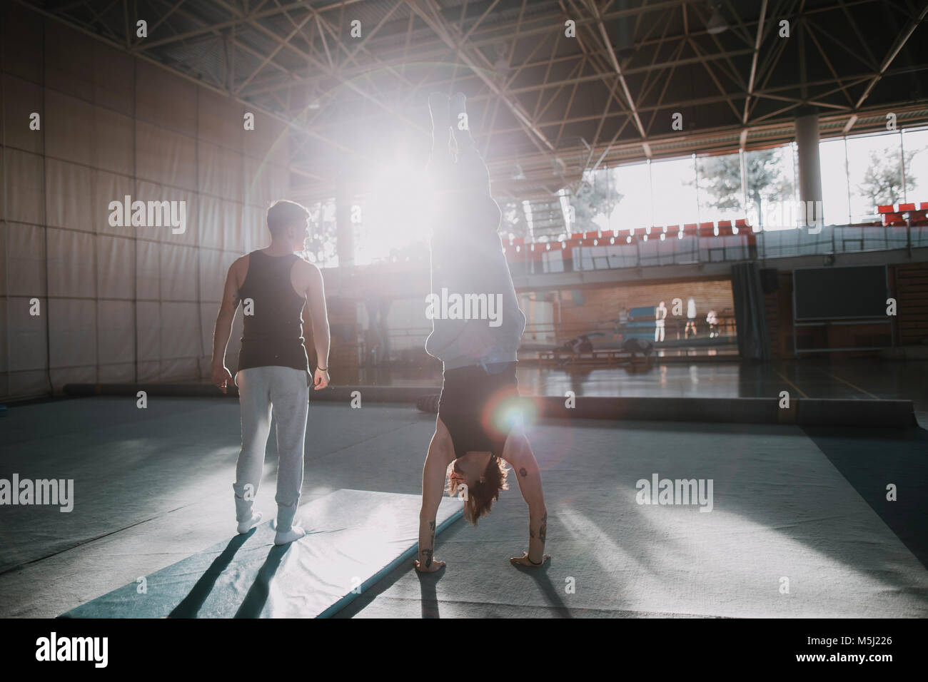 Due uomini esercizio in palestra Immagini Stock