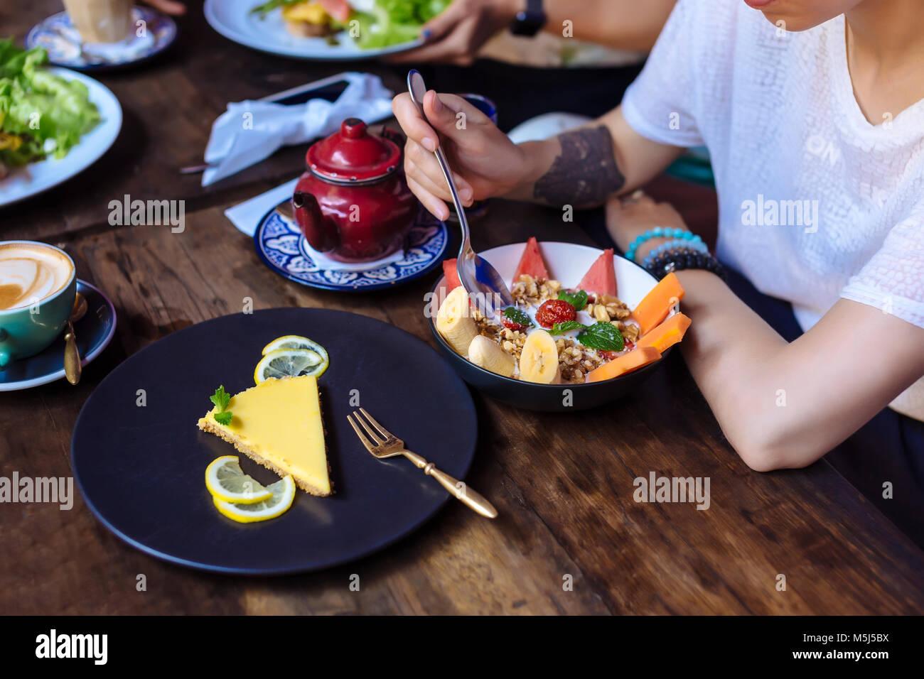 Donna con un pasto sano in un cafe Immagini Stock