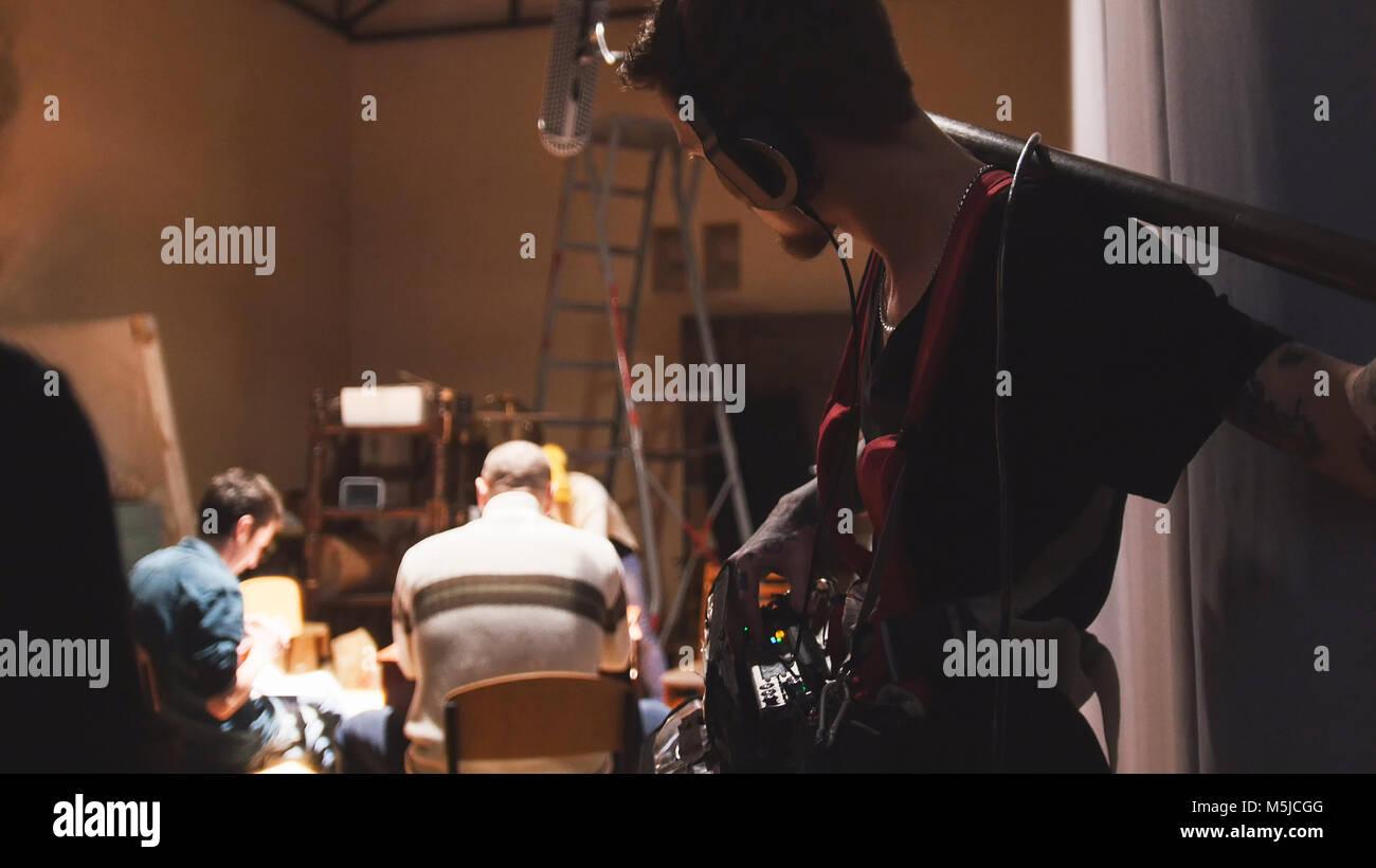 Set cinematografico - tecnico del suono lavorando sul cinema indipendente di produzione Immagini Stock