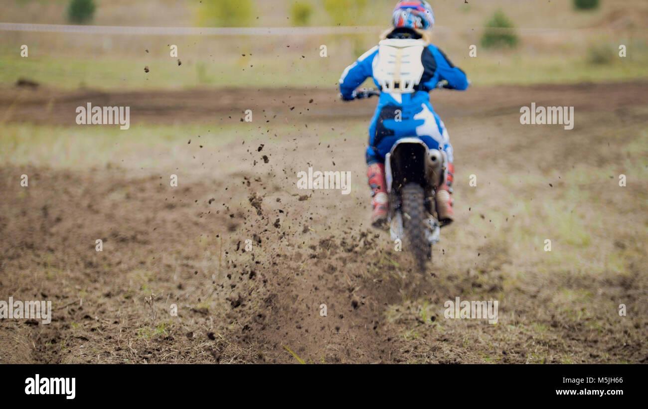 Motocross racer start in sella alla sua sporcizia Cross MX bike Immagini Stock