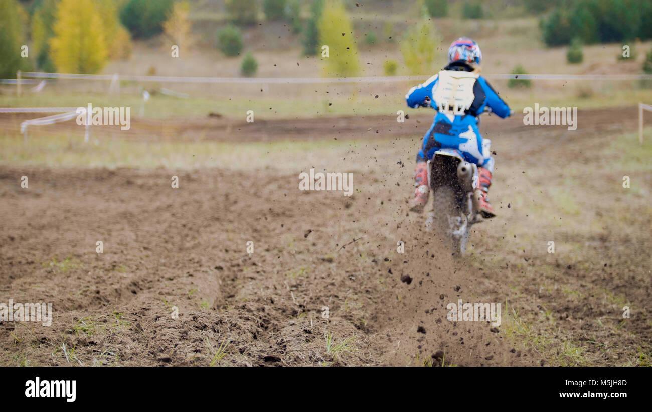 Motocross racer a partire su sterrato Cross MX Bike - pezzi di sporcizia battenti - de-focalizzata Immagini Stock