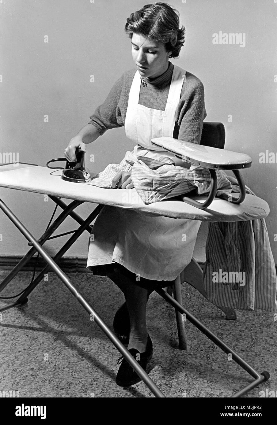 Casalinga a stirare 1950 germania foto immagine stock for Faccende domestiche in inglese