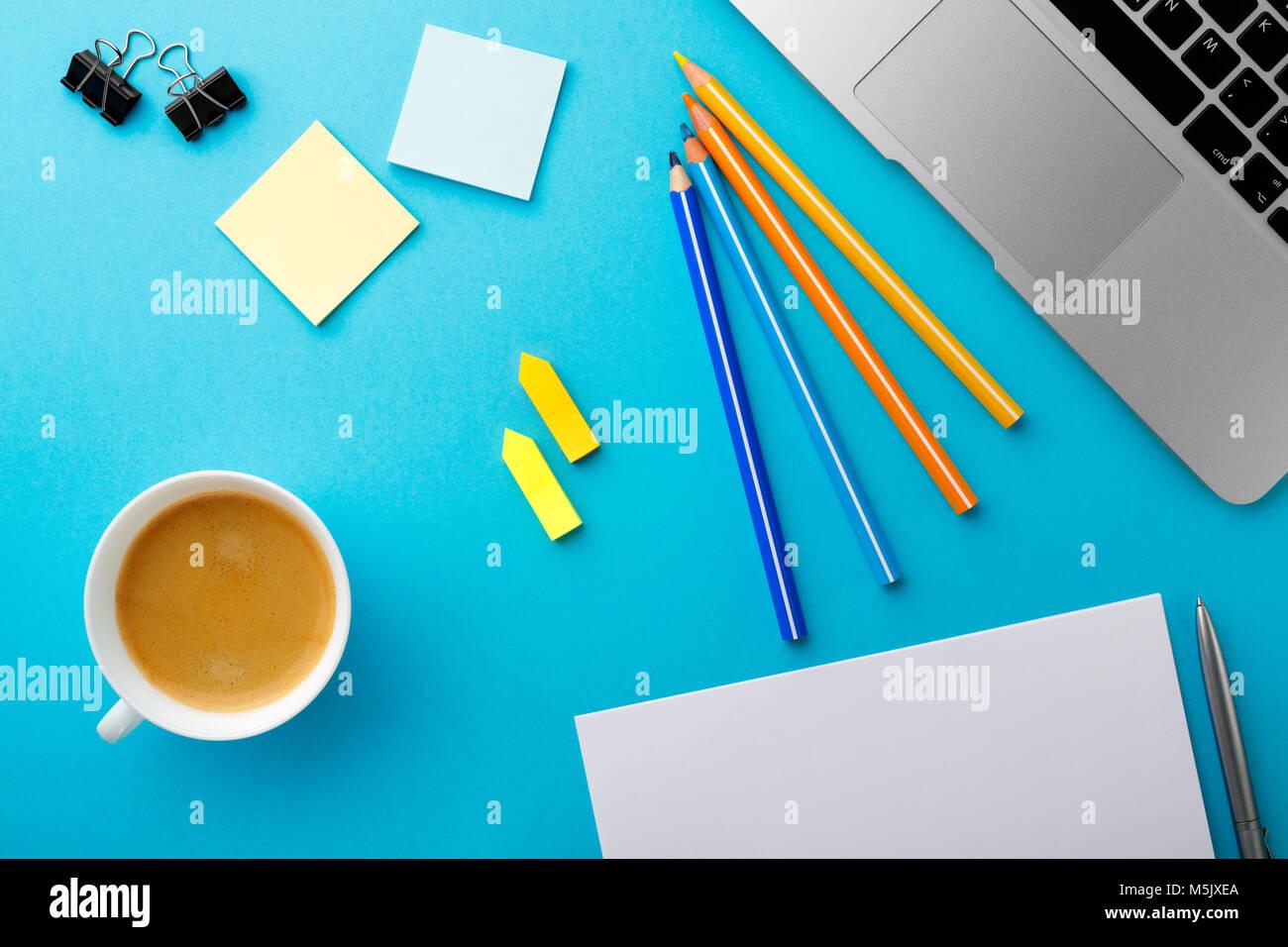 Scrivania Ufficio Blu : Avvio del lavoro di mattina scrivania in ufficio con una tazza di