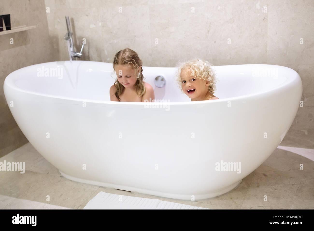 Vasca Da Bagno Piccola Per Bambini : Kids tenendo bagno di bolle i bambini di balneazione in vasca