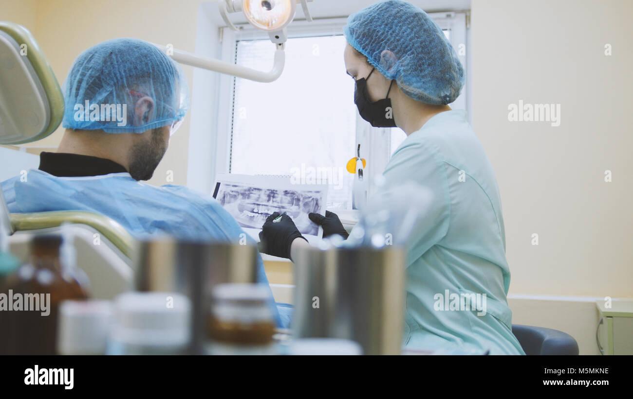 Stomatologia - medico e paziente nello studio dentistico, esame della bocca Immagini Stock