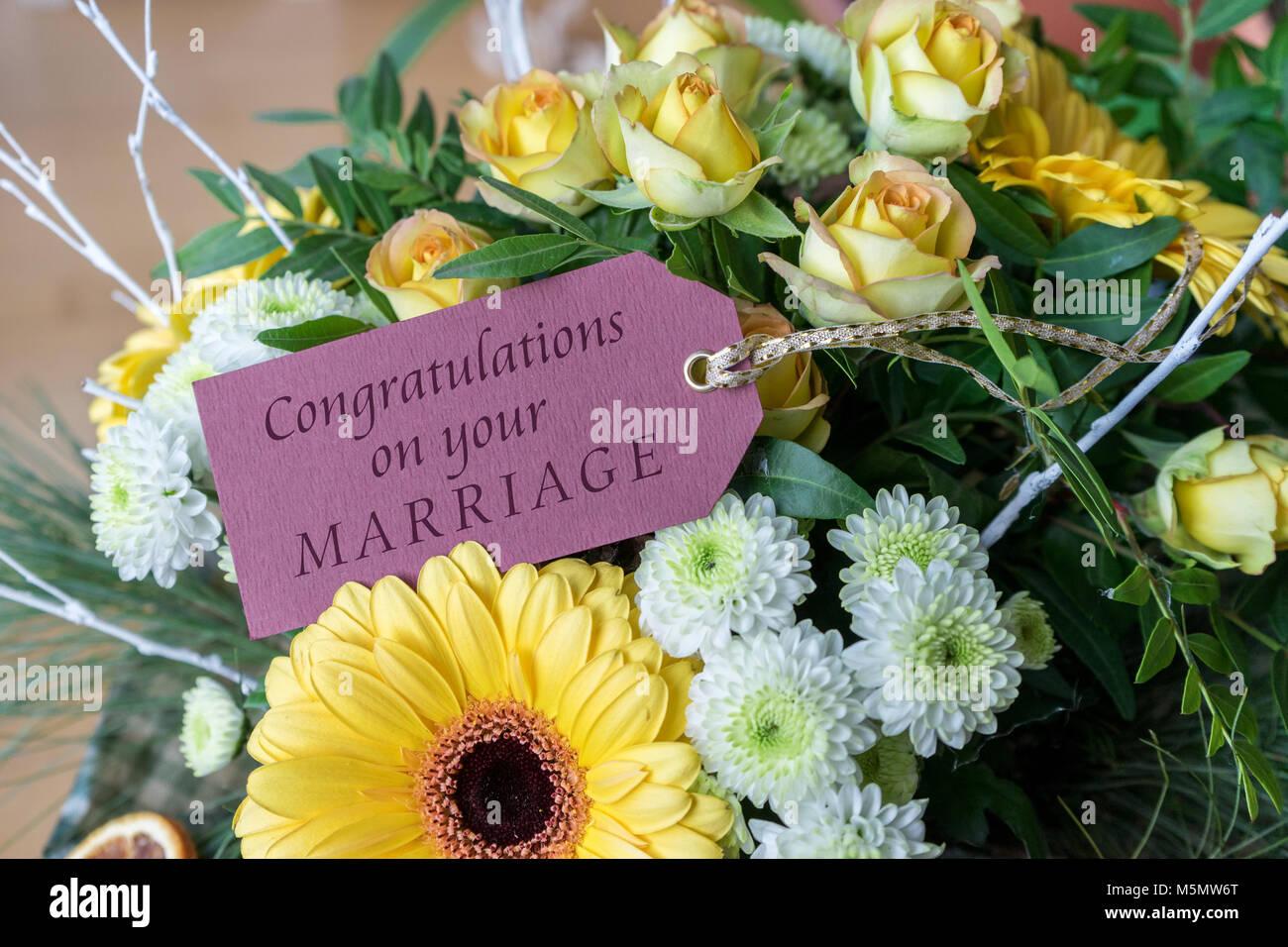 Fiori Gialli Per Bouquet.Biglietto Di Auguri Per Il Matrimonio Con Un Bouquet Di Fiori Di