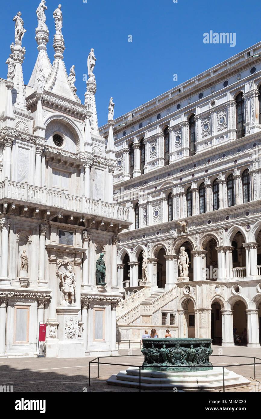 Cortile interno del Palazzo Ducale, Palazzo Ducale, Palazzo Ducale, con l'antico pozzo o di pozzo e la Scala Immagini Stock