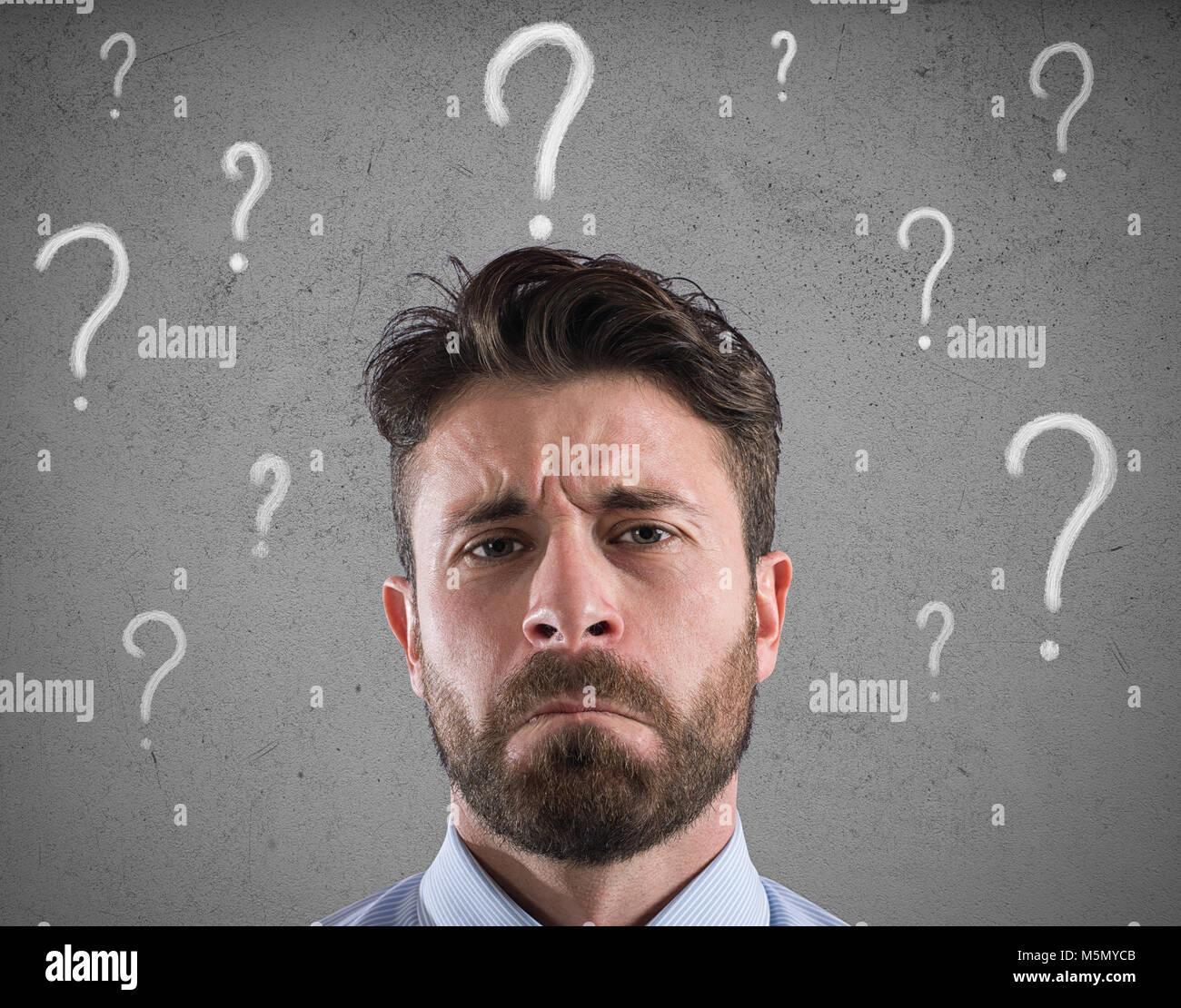 Confuso e pensieroso imprenditore preoccupati per il futuro Immagini Stock