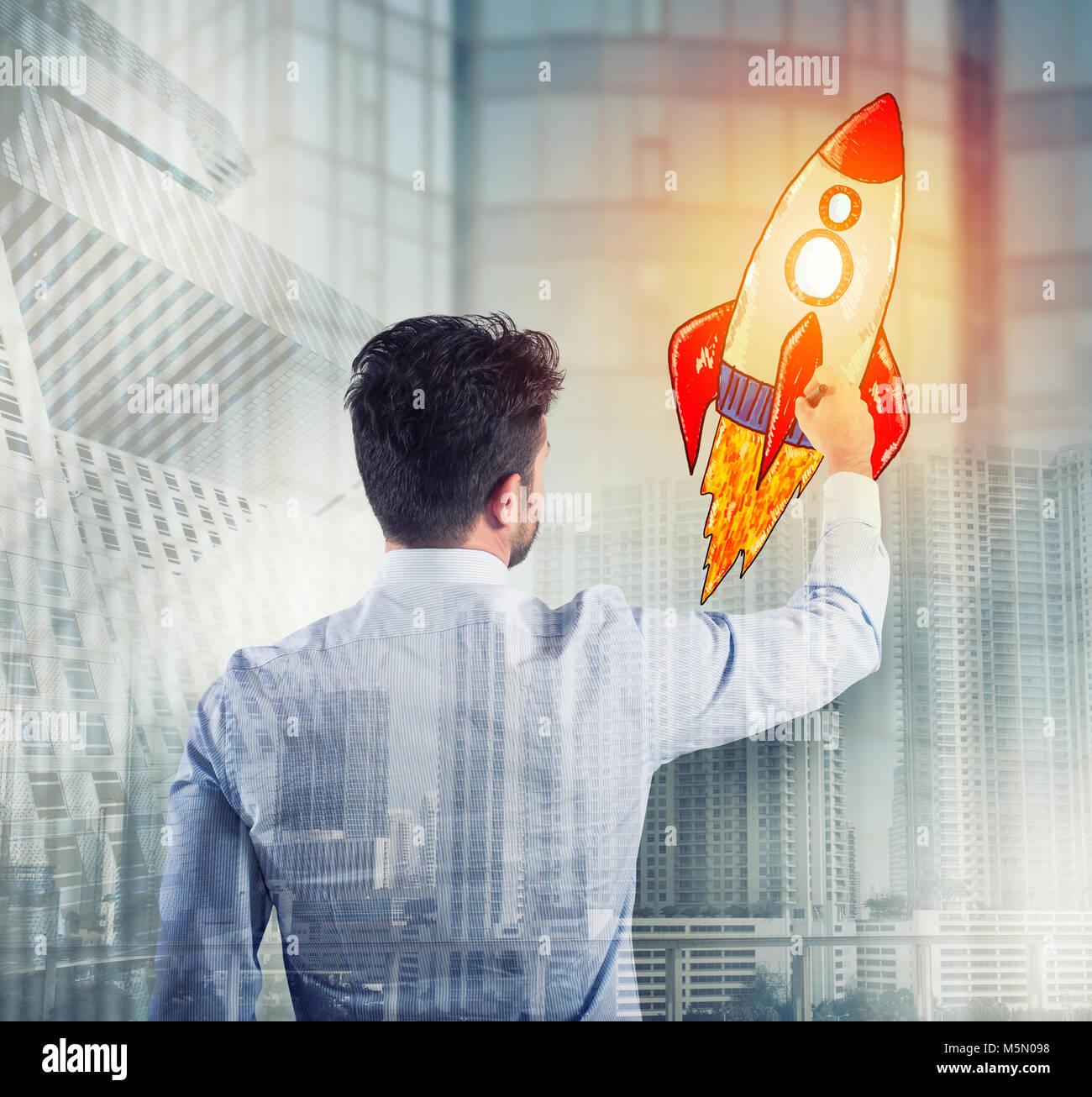 Imprenditore di disegno di un razzo. Concetto di miglioramento del business e enterprise startup Immagini Stock