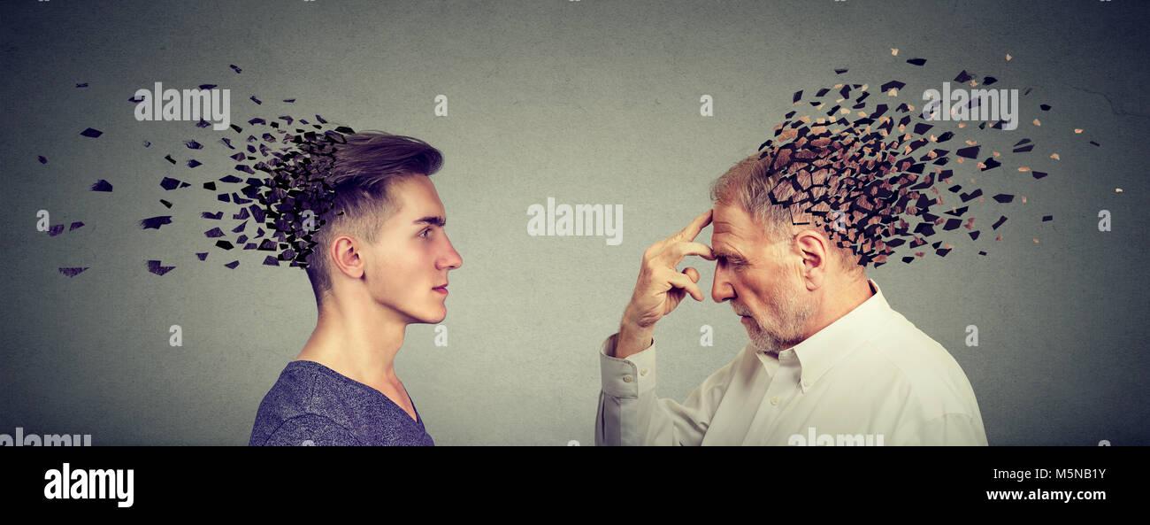 La perdita di memoria a causa di demenza o danni cerebrali. Il profilo laterale di giovani e senior uomini perdere Foto Stock