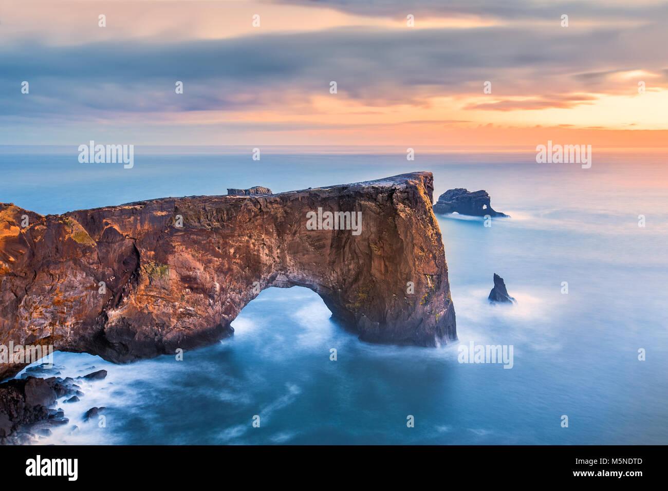 Dyrholaey rock formazione al tramonto. Dyrholaey è un promontorio situato sulla costa sud dell'Islanda, Immagini Stock