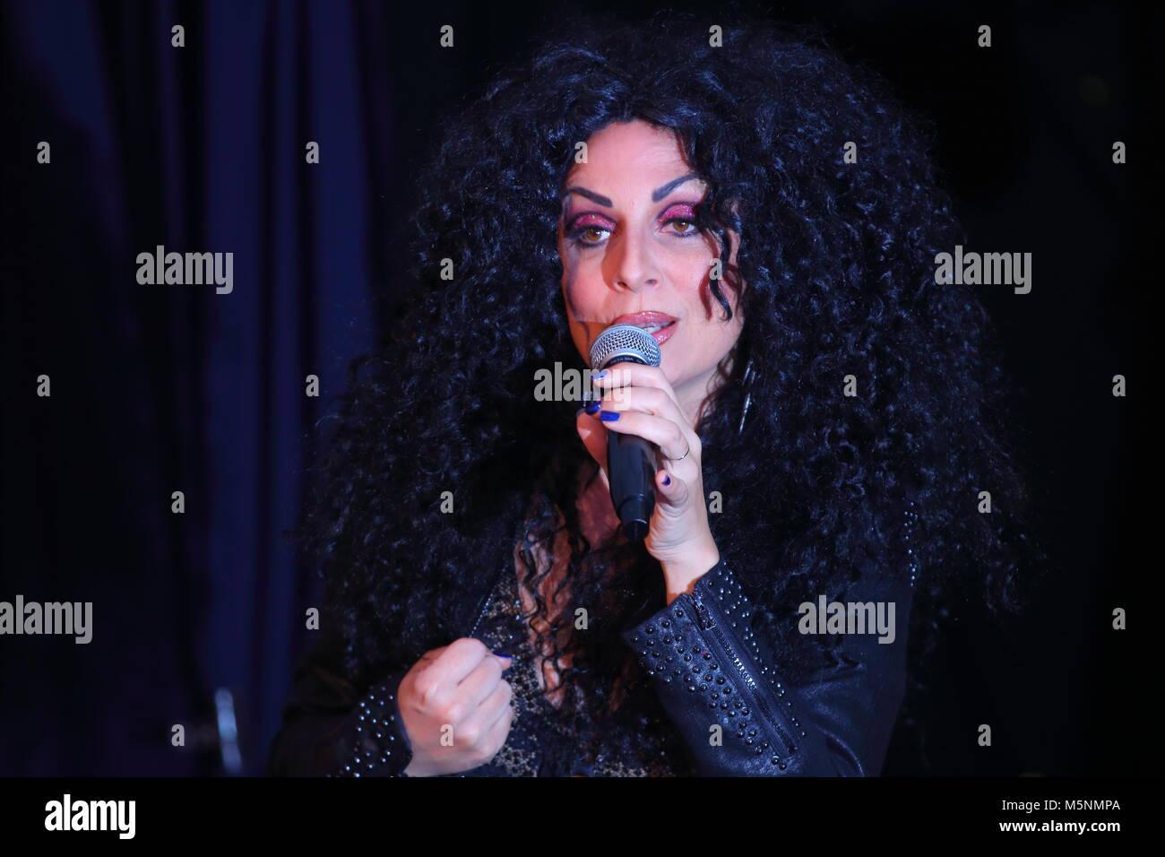 Tania Alboni eseguendo i suoi Cher tributo atto durante la Ultimate Tribute Show a minatori Swillington Welfare Immagini Stock