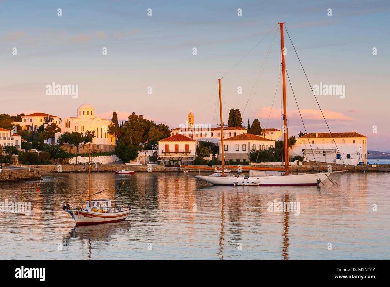 Case nel porto di Spetses, Grecia. Immagini Stock