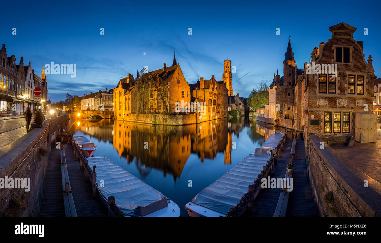 Hstoric centro di Brugge, a cui spesso viene fatto riferimento come la Venezia del Nord, con il famoso Rozenhoedkaai illuminato nel crepuscolo, Fiandre, in Belgio Foto Stock