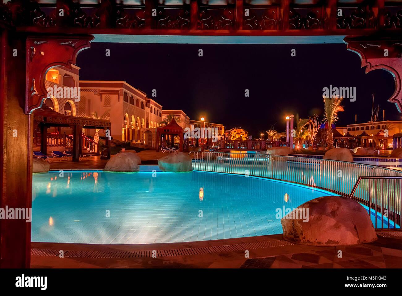 HURGHADA, Egitto- Febbraio 22, 2010: vista notturna della piscina nel resort di lusso in Egitto Immagini Stock