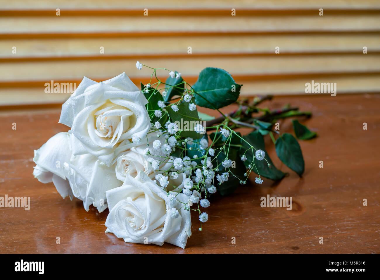 La pianta un bouquet di rose bianche con foglie verdi e for Fiori piccoli bianchi