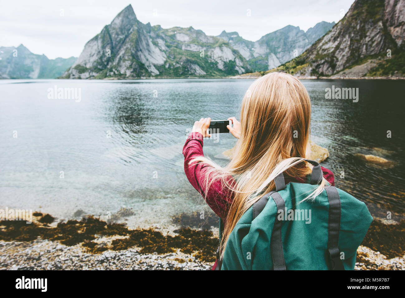 Donna turistica prendendo selfie tramite smartphone escursioni isole Lofoten Travel lifestyle wanderlust concetto outdoor avventura vacanze estive a Norwa Foto Stock