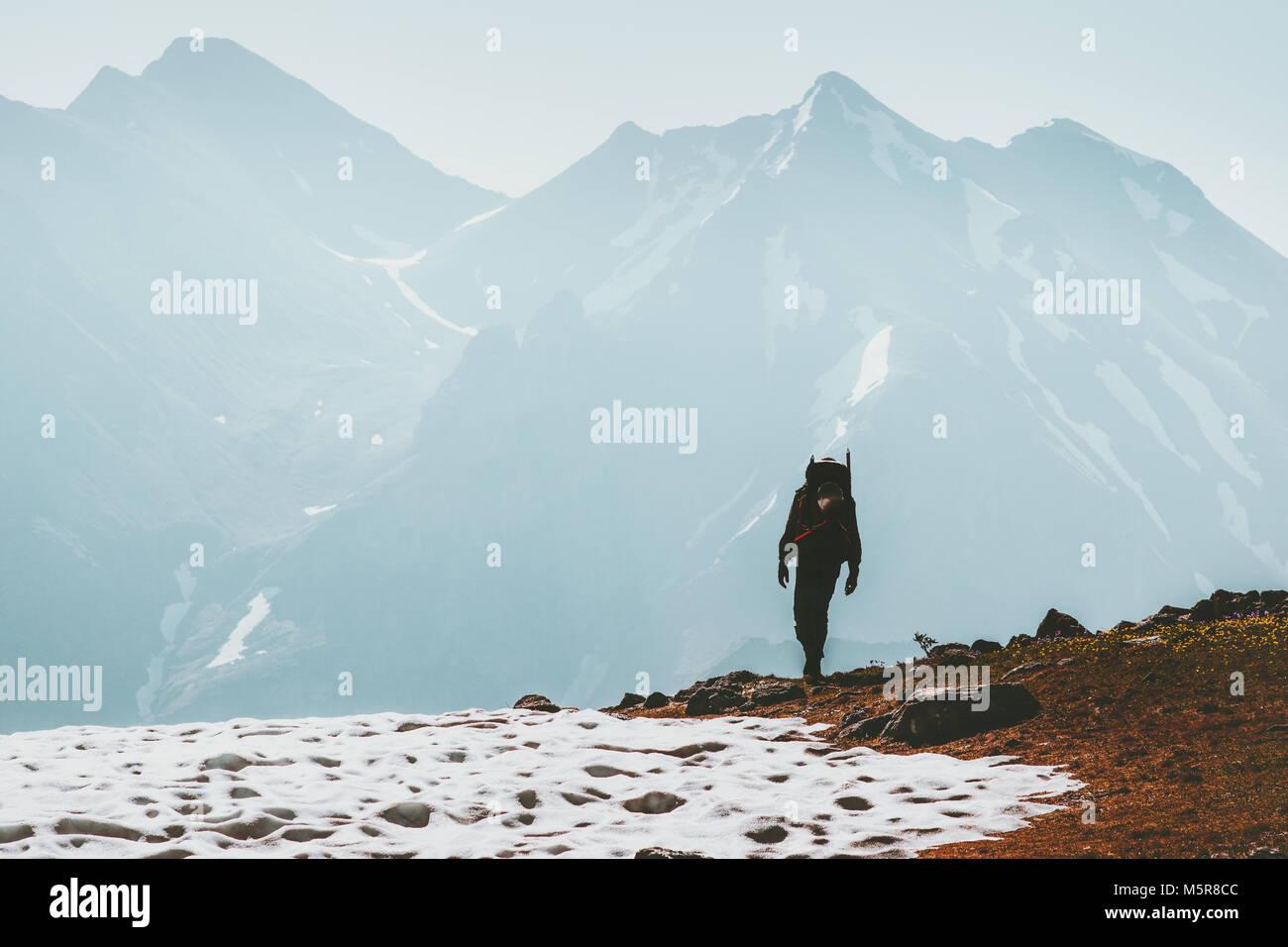 Traveler uomo trekking in montagna Lifestyle viaggio concetto di sopravvivenza avventura esterna vacanze attive Immagini Stock