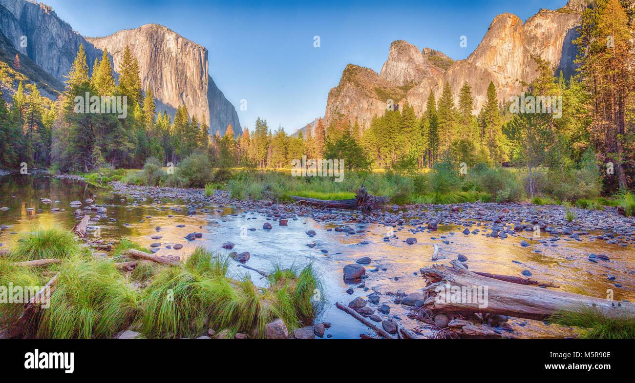 Vista panoramica del famoso Parco Nazionale di Yosemite Valley con scenic fiume Merced in beautiful Golden luce Immagini Stock