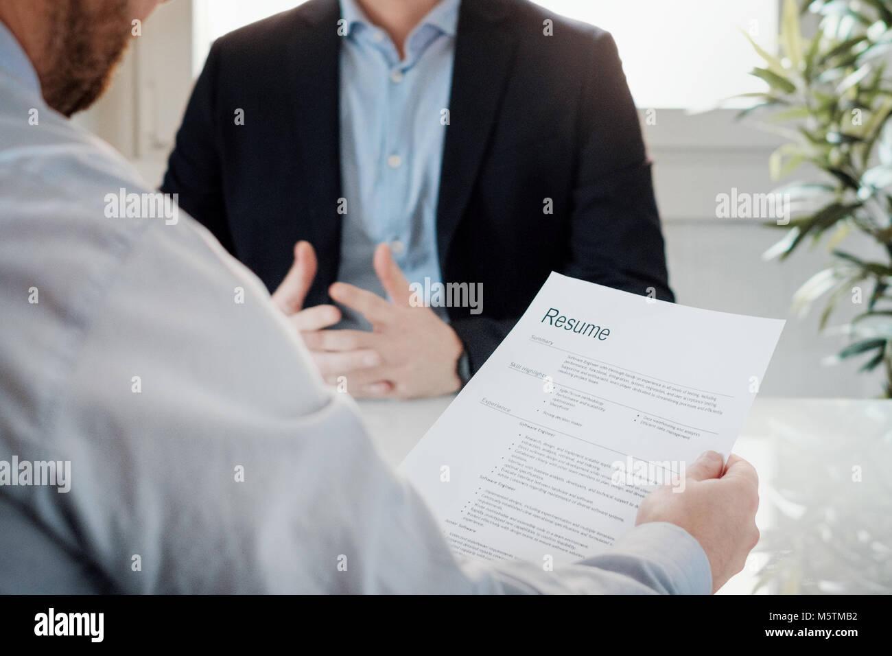 Il personale addetto alle selezioni la lettura di un curriculum di un candidato per un lavoro Immagini Stock
