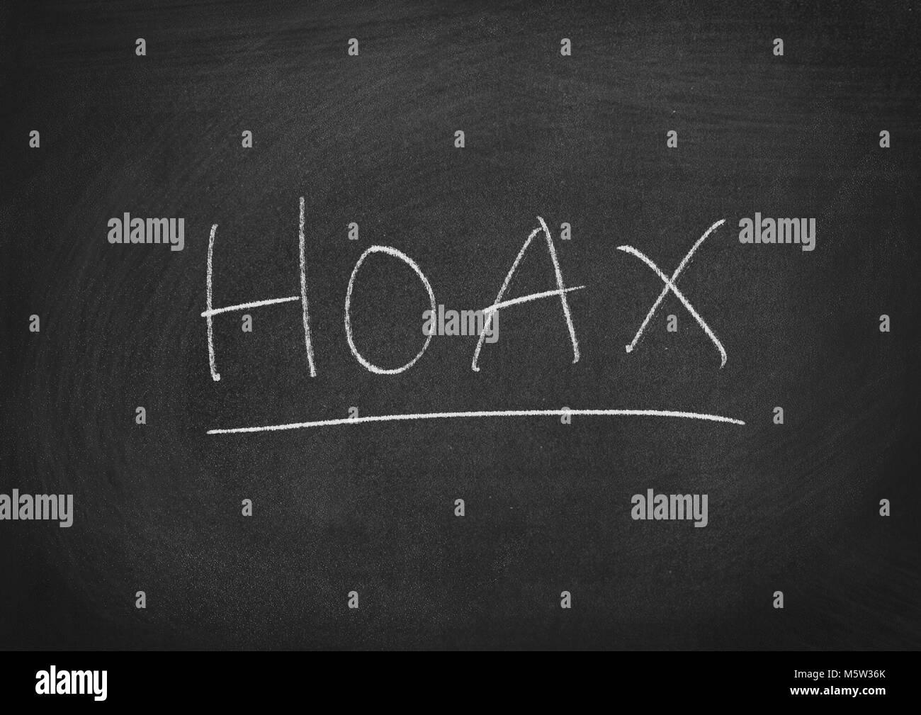 Hoax conept parola su una lavagna sfondo Immagini Stock