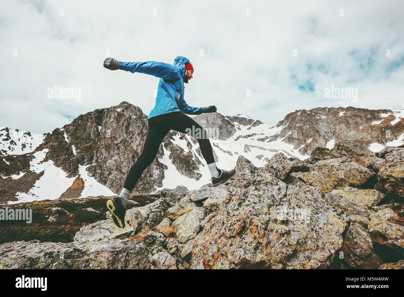 Uomo che corre vacanze attive in montagna viaggi avventura di uno stile di vita sano concetto endurance laghetto Immagini Stock