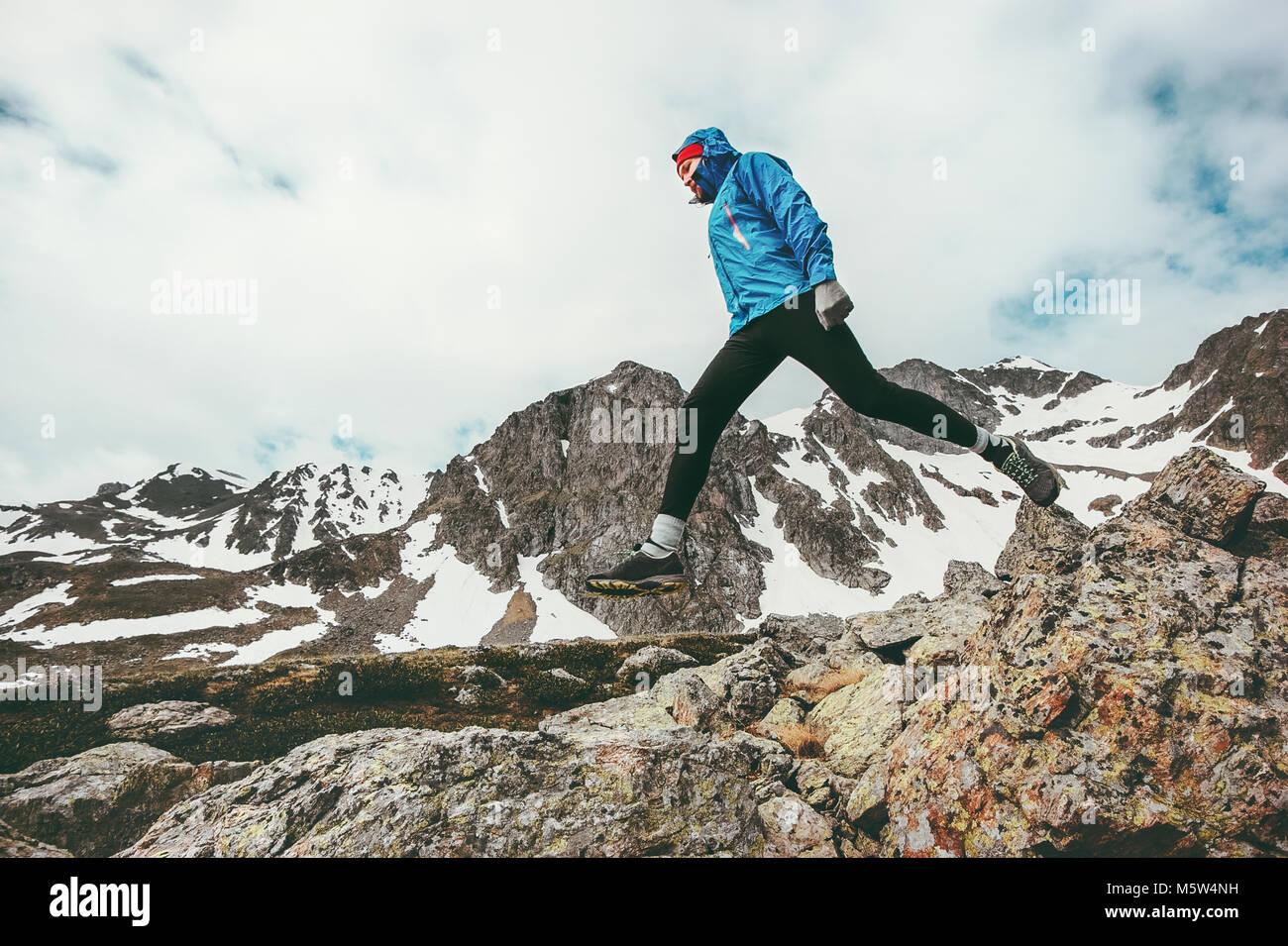Uomo attivo in esecuzione in montagne avventura di viaggio uno stile di vita sano concetto vacanze persona atletica Immagini Stock